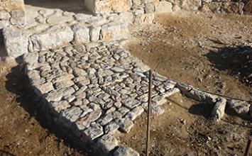 calade et pavage en pierre